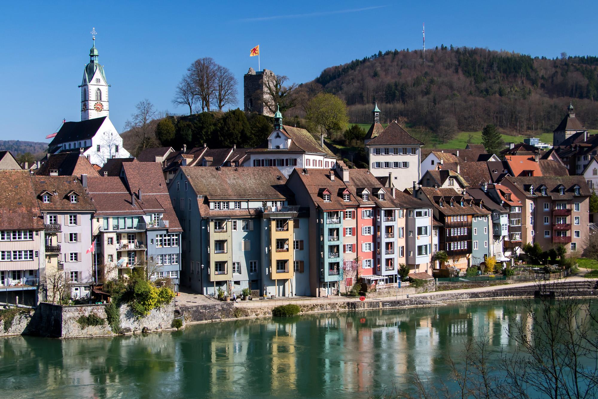 Blick auf den Schweizer Teil Laufenburgs, gut sichtbar die Ruine des Habsburger-Turms sowie die Stadtkirche, erbaut im 15. Jahrhundert