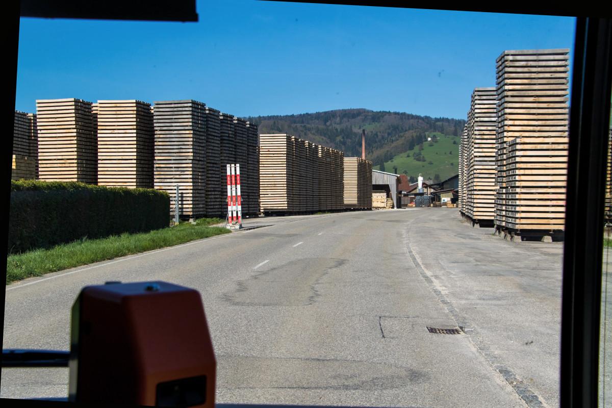 Ankunft in Glovélier - die Hauptstrasse führt gleich direkt durch das Sägewerk