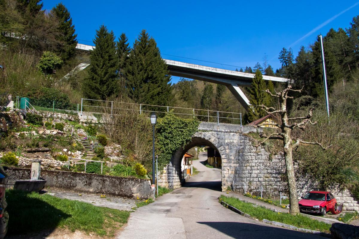 Unter Eisenbahn und Autobahn hindurch beginnt mein Marsch nach St. Ursanne - die haben's gut, die haben Tunnels!