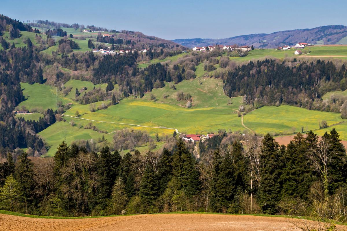 Eine erste Aussicht auf den Clos du Doubs und das Dorf Epauvillers