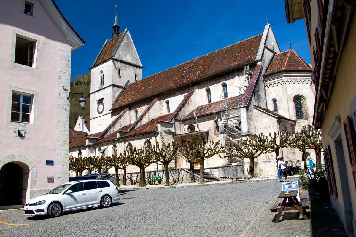 Die im Vergleich zum niedlichen Städtchen riesige romanische Stiftskirche von St. Ursanne