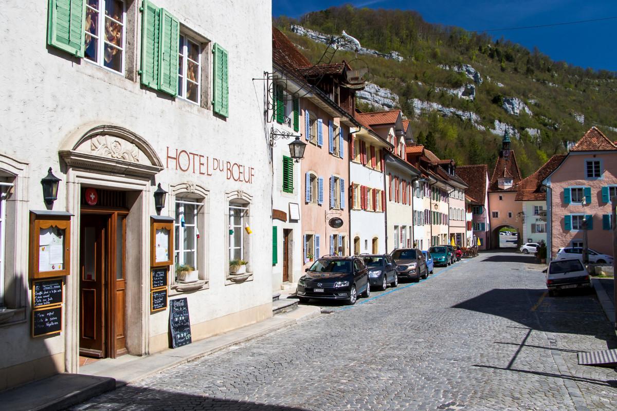 Die schmucke Hauptstrasse von St. Ursanne, JU