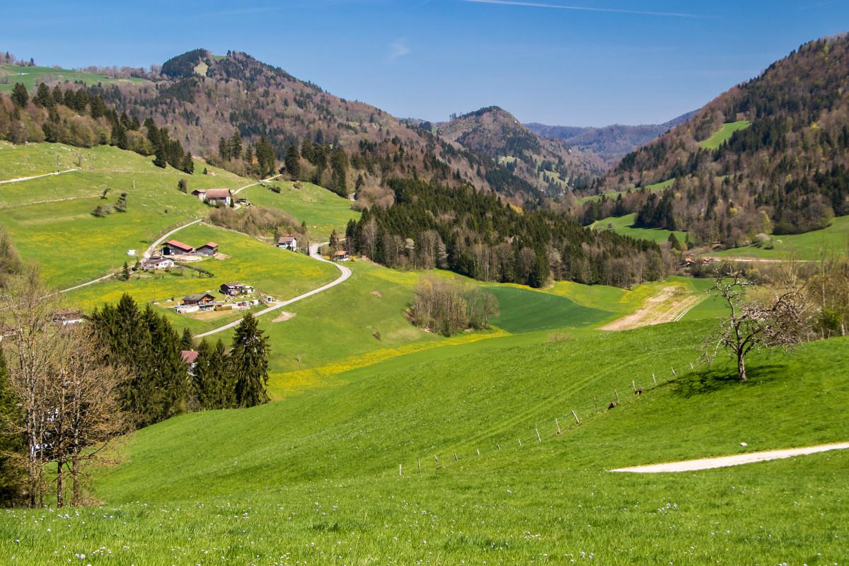 Blick hinunter auf Soubey und dem Tal des unsichtbaren Doubs entlange