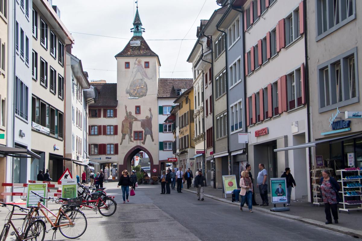 """Blick der Liestaler Rathausstrasse englang zum """"Törli"""" aus dem 13. Jahrhundert"""