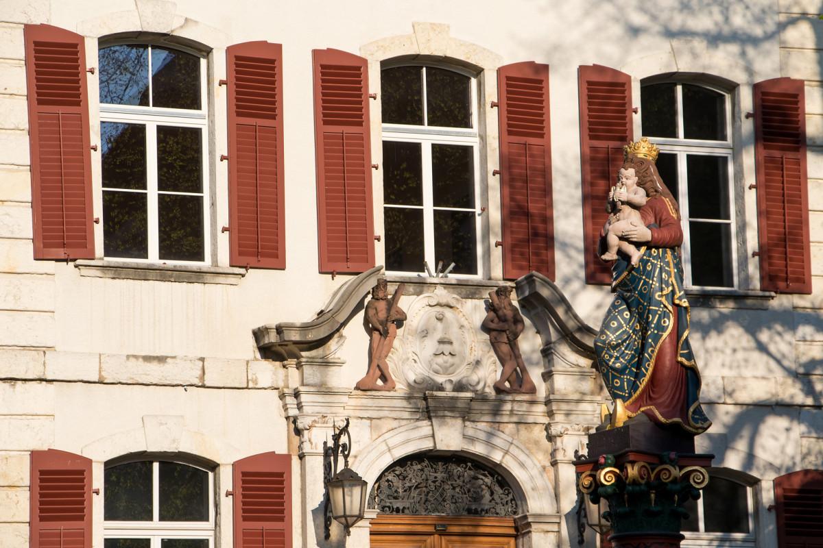 Fontaine de la Vierge (16. Jahrhundert) vor dem Hôtel de Ville