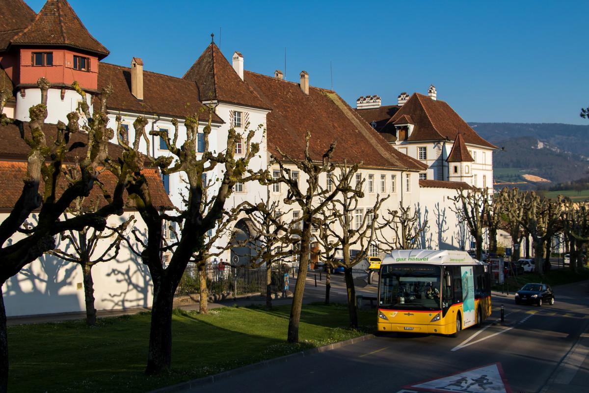 Alt und neu: das (einzige) Erdgas-Postauto vor dem Château de Delémont