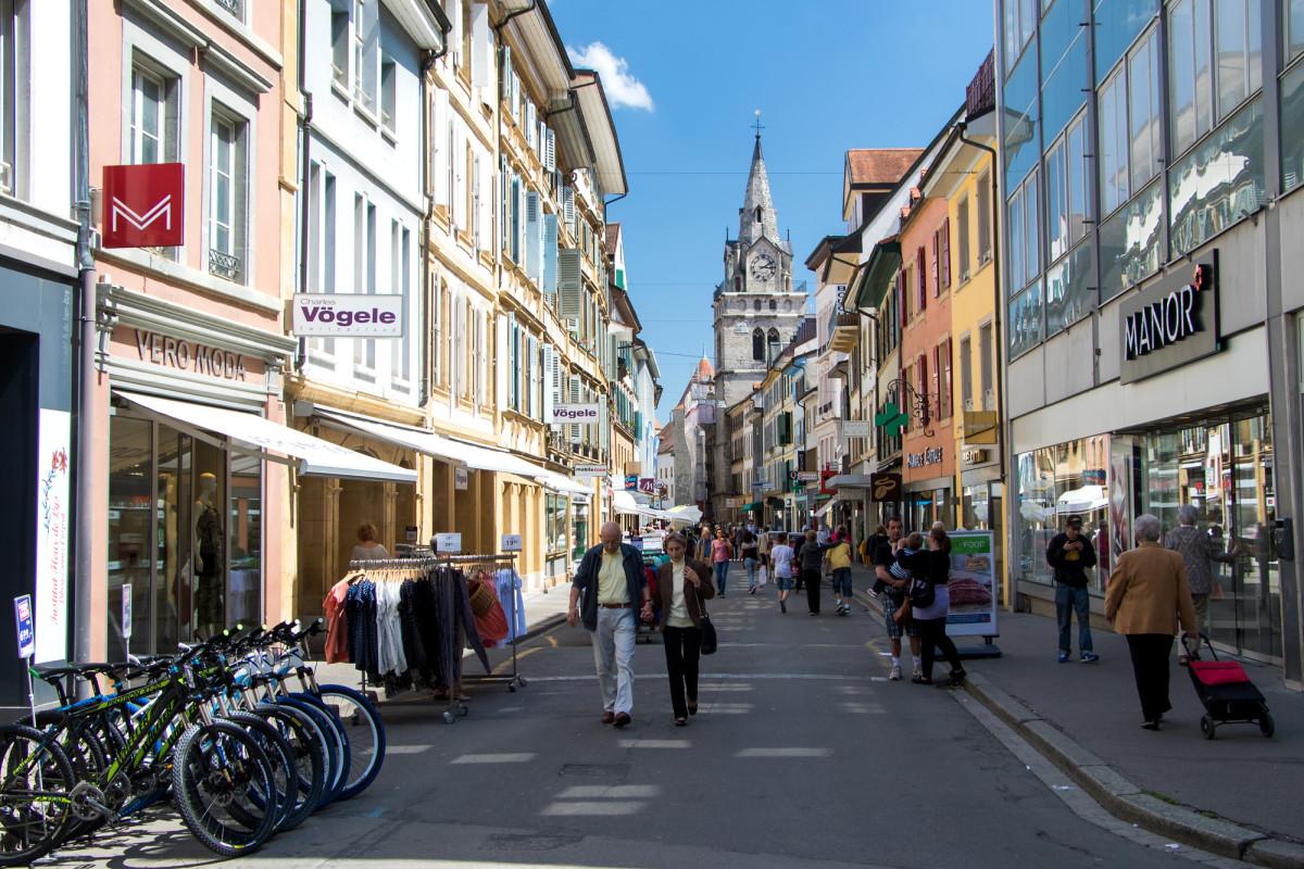 Die Rue du Lac mit dem 1609 erbauten Turm der Reformierten Kirche