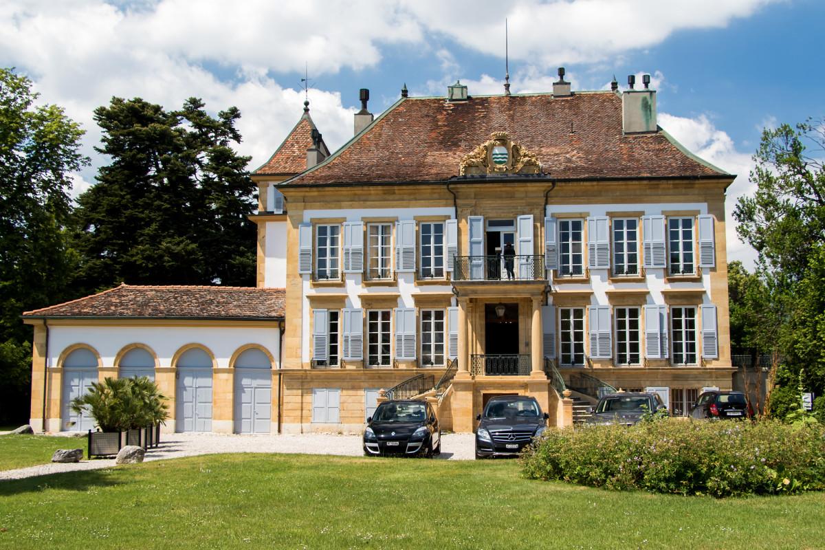 Die Villa d'Entremonts, ein prächtiges Exemplar von Louis-Seize-Architektur, wurde im Jahr 1778 von einem Ritter aus Yverdon erbaut, der nach langen Jahren als reicher Mann wieder in seine Heimatstadt zurückkehrte.