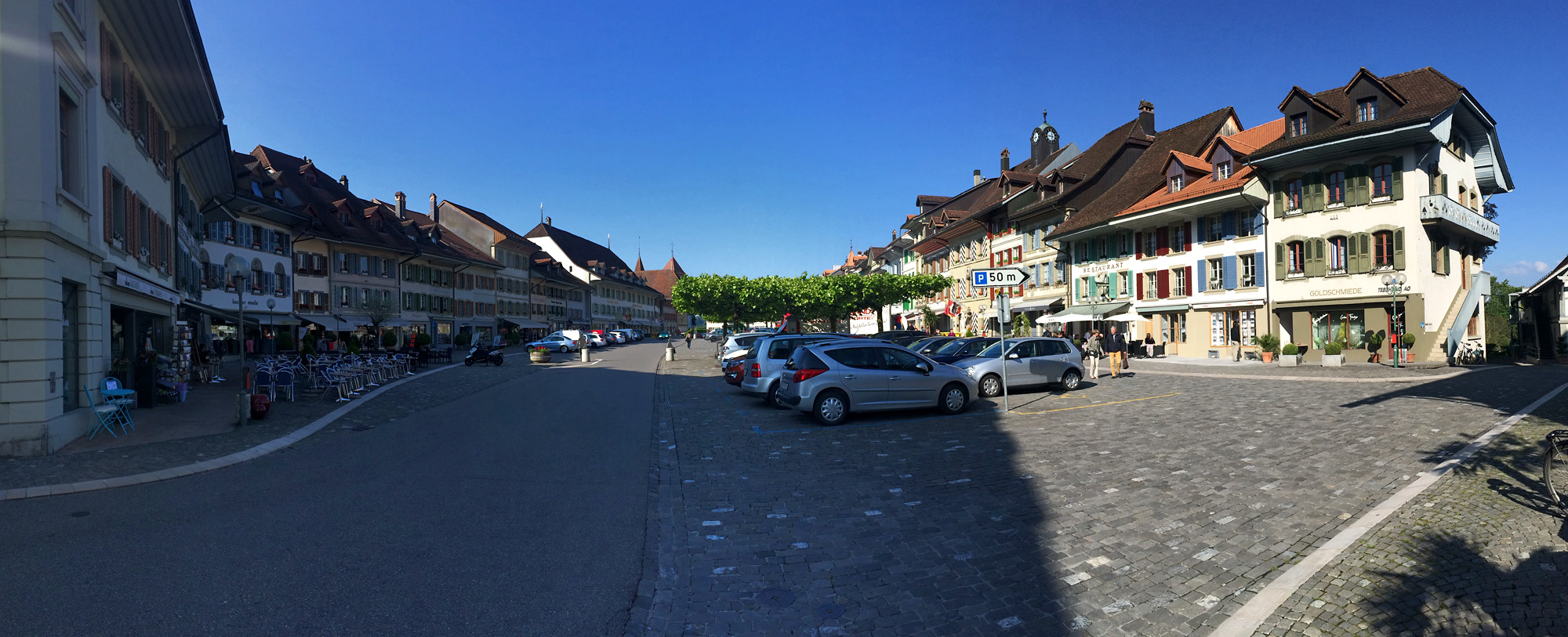 Panorama des grosszügigen Marktplatzes von Aarberg
