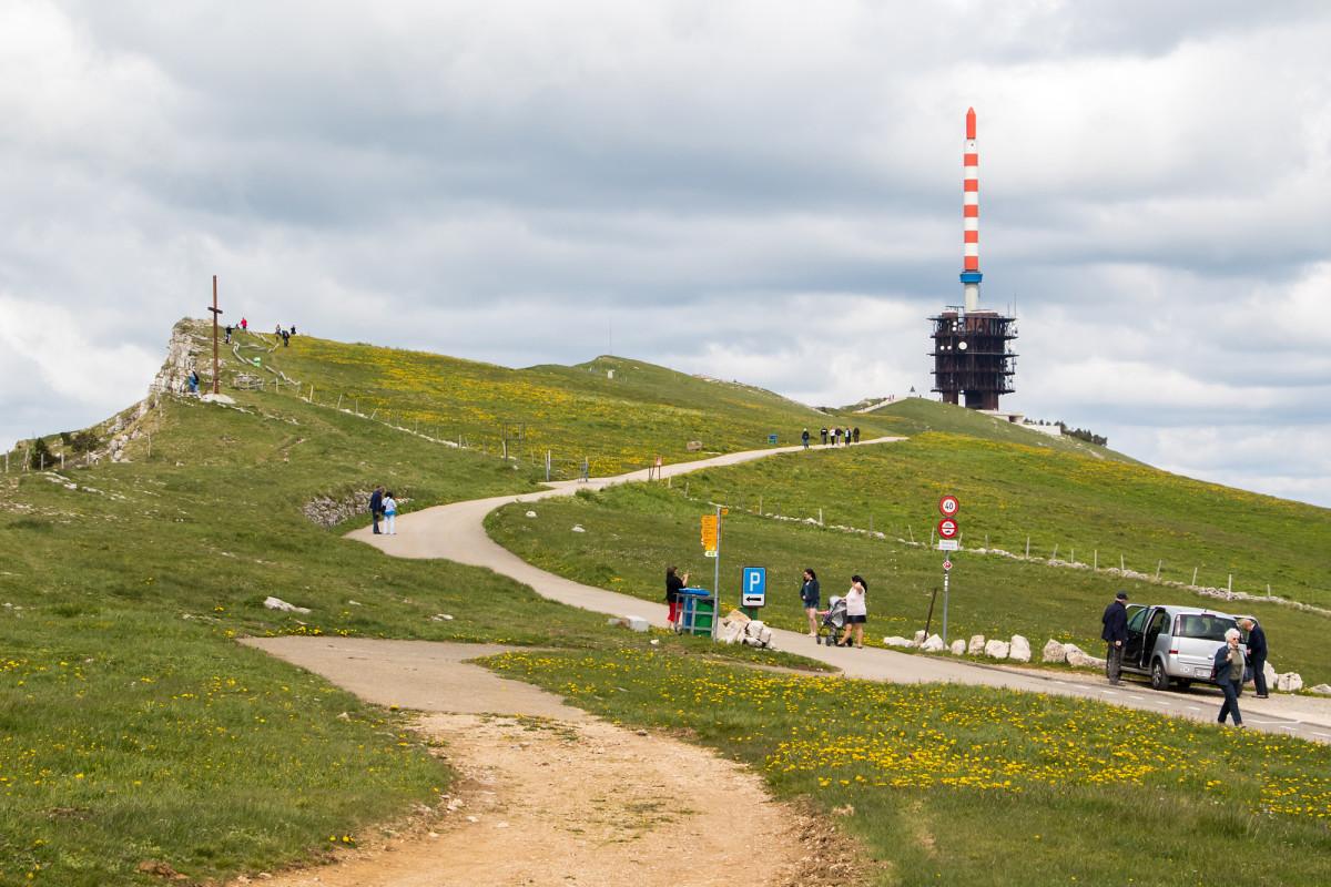 Blick zum charakteristischen Chasseral-Sendeturm