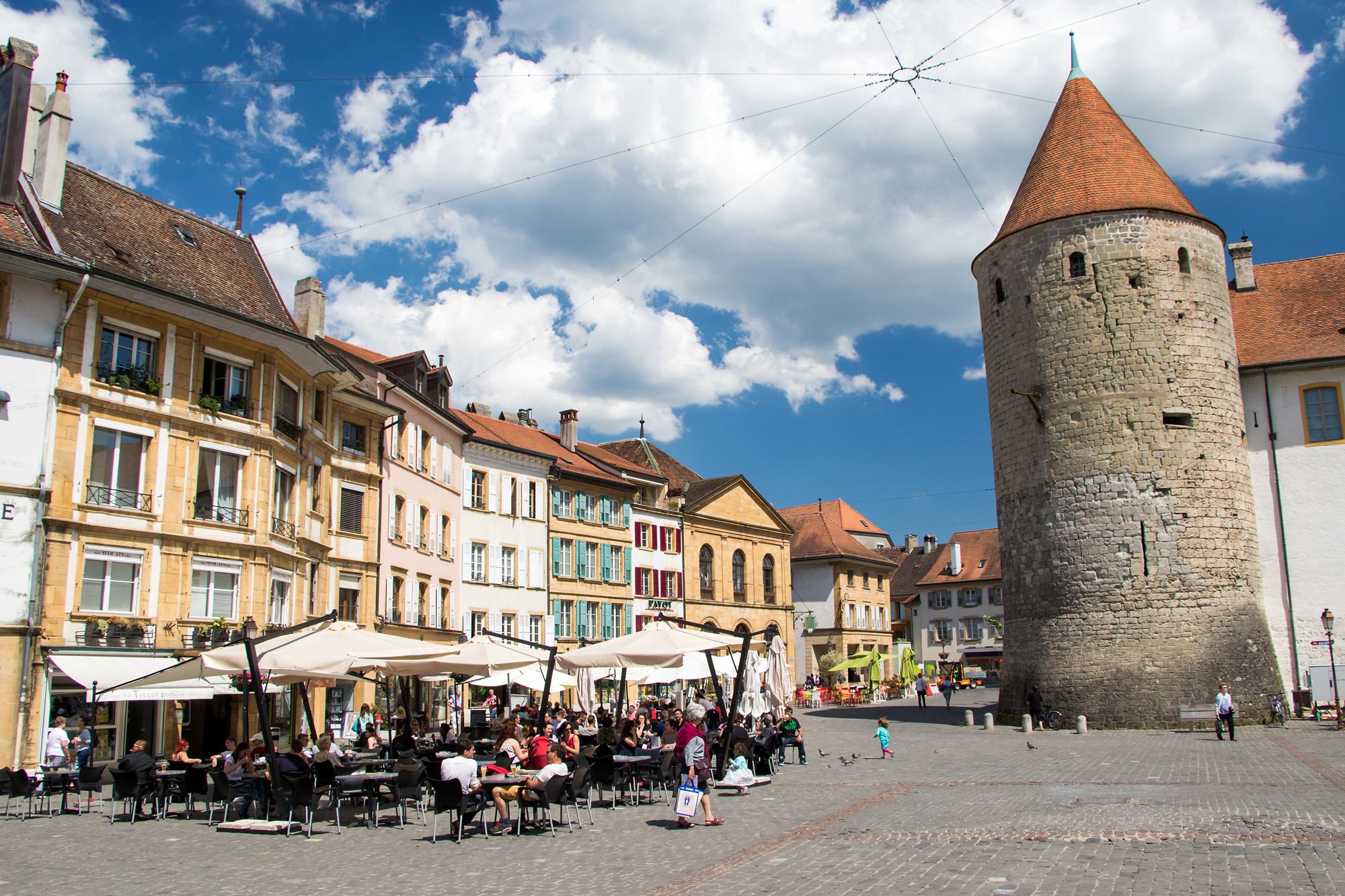 Der Pestalozzi-Platz im Schatten der Türme von Schloss Yverdon, VD