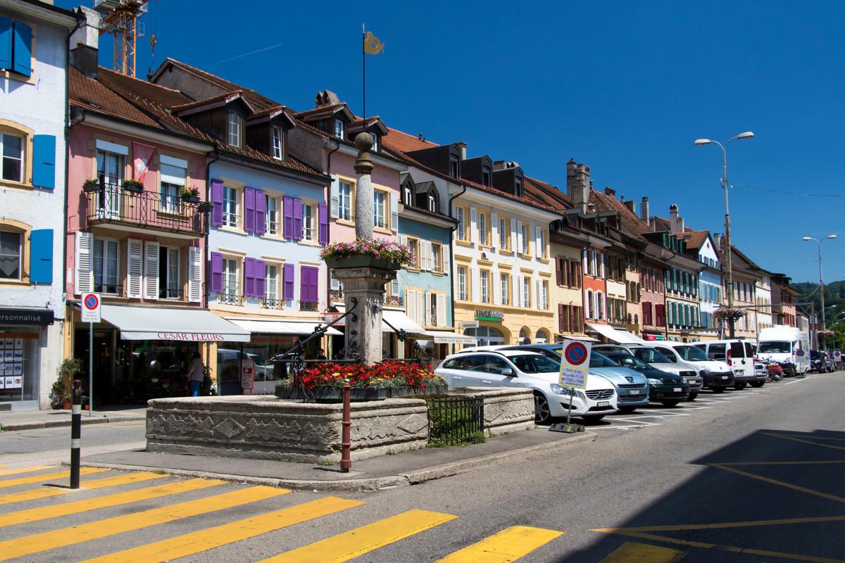 Obwohl sie eine wichtige Durchgangsstrasse geworden ist, behielt Yverdons Rue de la Plaine viel historischen Charme
