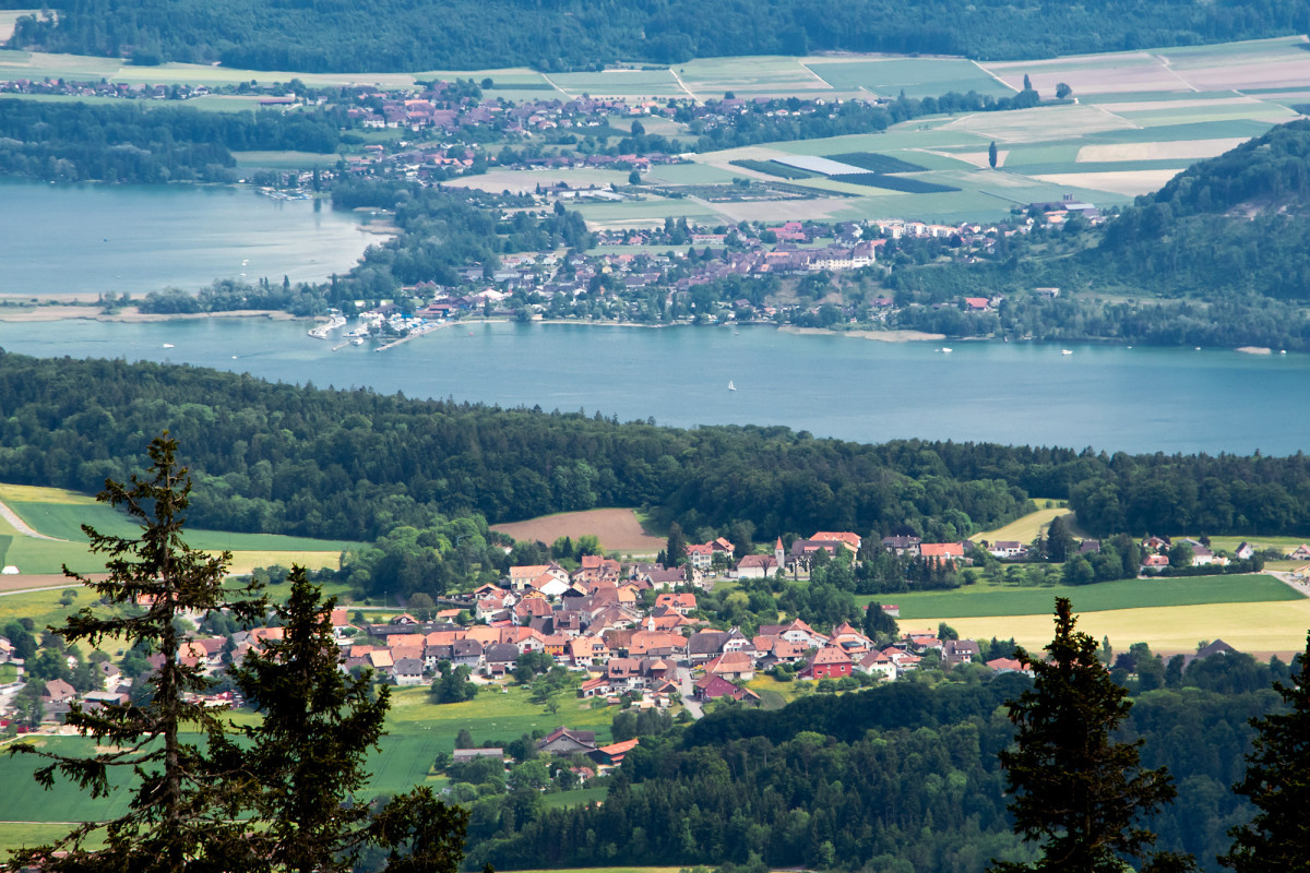 Blick über Lignières hinweg auf den Bielersee und das Städtchen Erlach