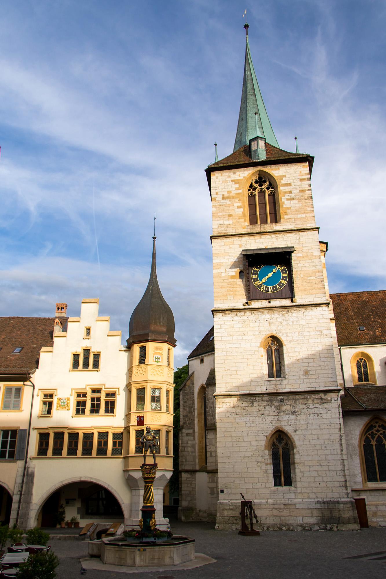 Zunfthaus zu Waldleuten, seit dem 15. Jahrhundert die Heimat einer der sechs Bieler Zünfte. Daneben die spätgotische Stadtkirche aus dem 15. Jahrhundert