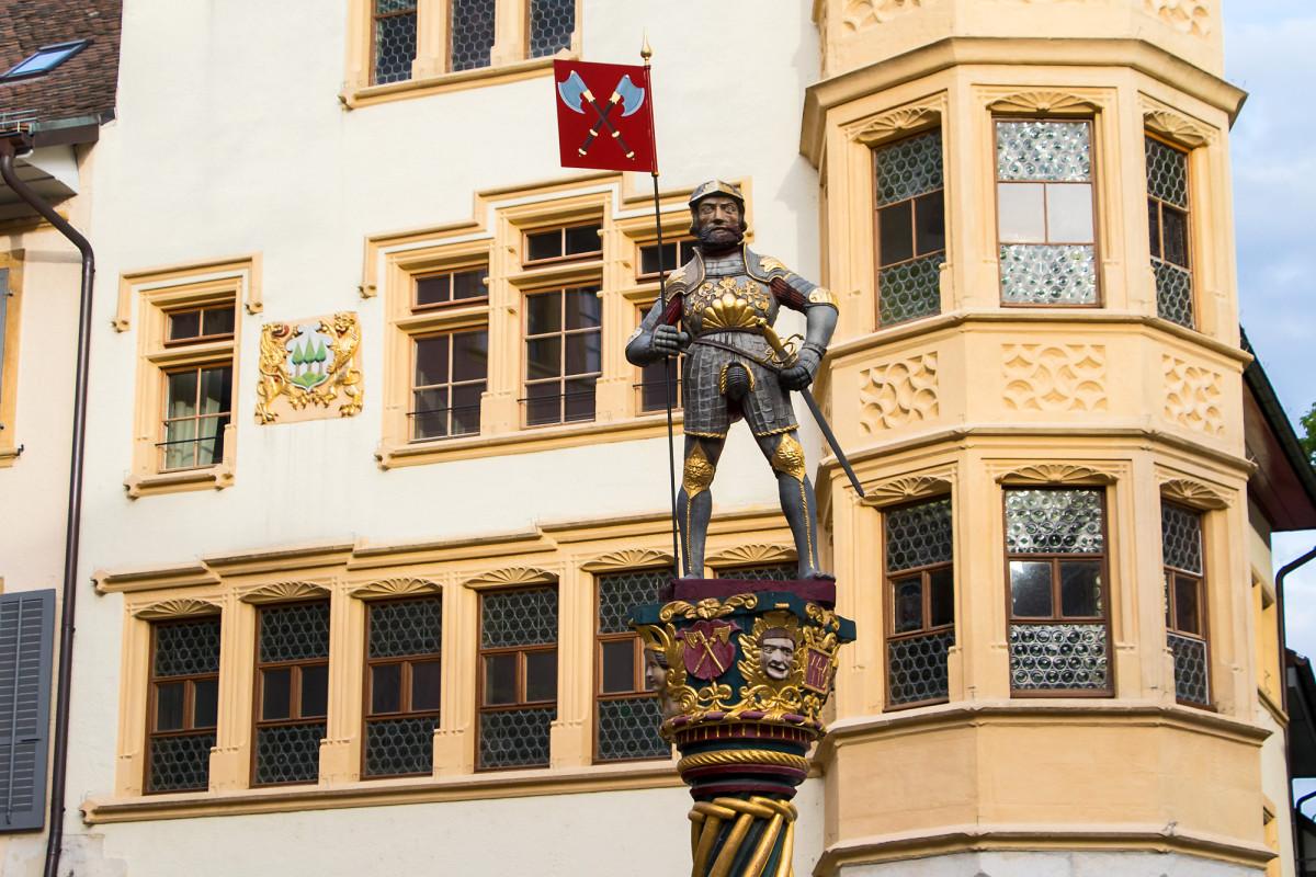 Der Vennerbrunnen aus dem 17. Jahrhundert portraitiert den einstigen Bannerträger der Stadt Biel