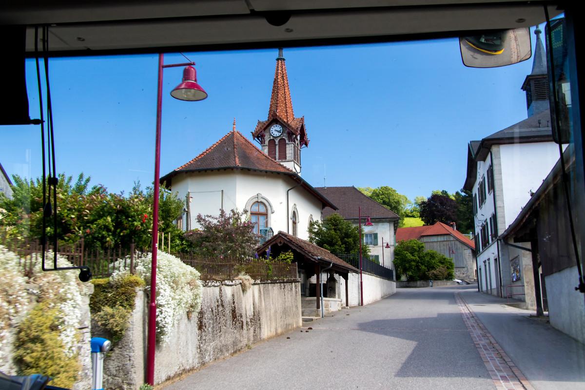 Etwas eigenartig aber ganz hübsch: die Kirche des 120-Seelen-Dorfs Prahins