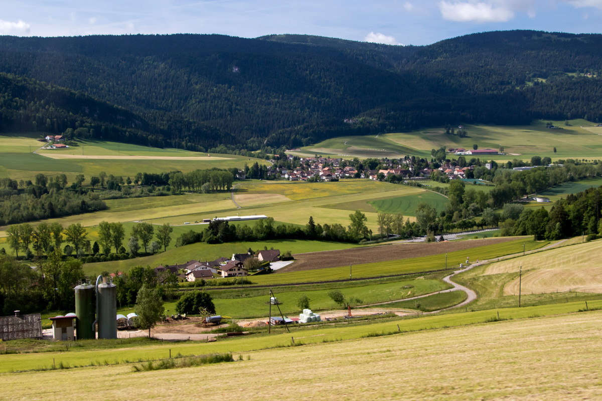 Blick hinunter auf Môtiers im Val de Travers
