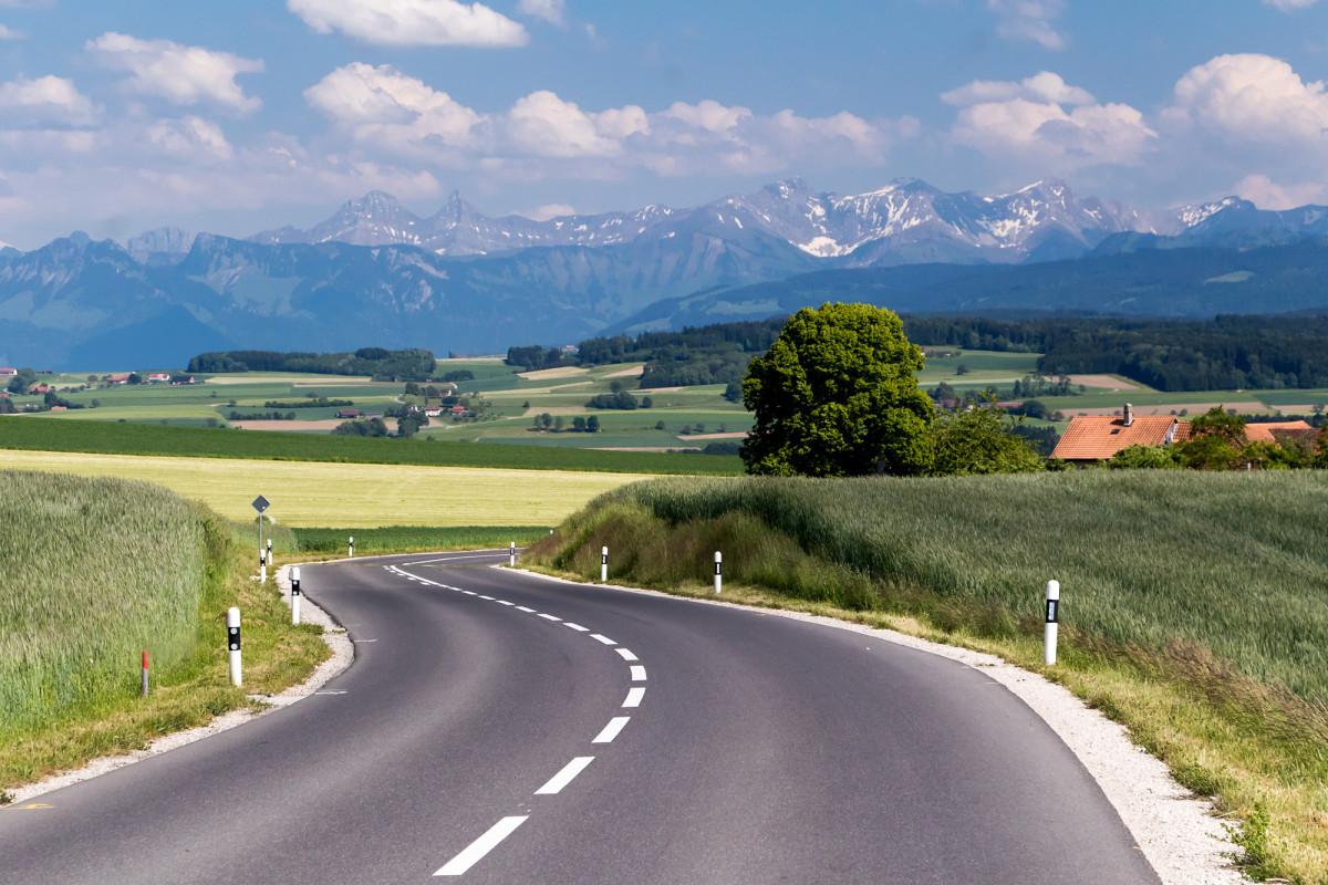 Nach Thierrens VD gewährt die abfallende Strasse erste Ausblicke auf die Waadtländer Alpen
