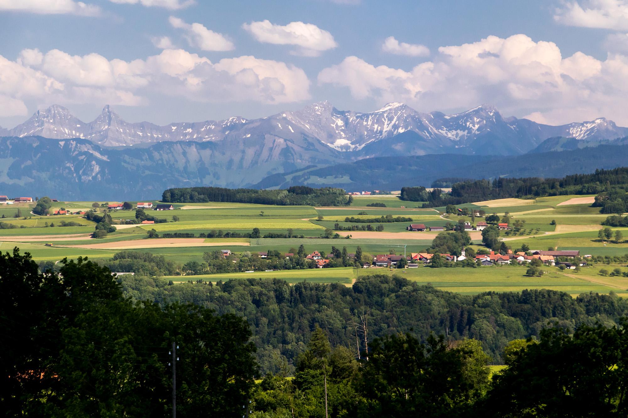 Kurz vor Moudon gewährt die Strasse einen schönen Blick über die Broye hinweg ins Fribourgerland