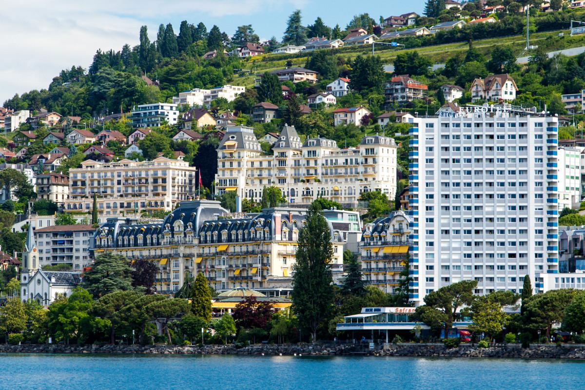 Blick auf die von schöneren und weniger schönen Hotelpalästen dominierte Skyline Montreux'