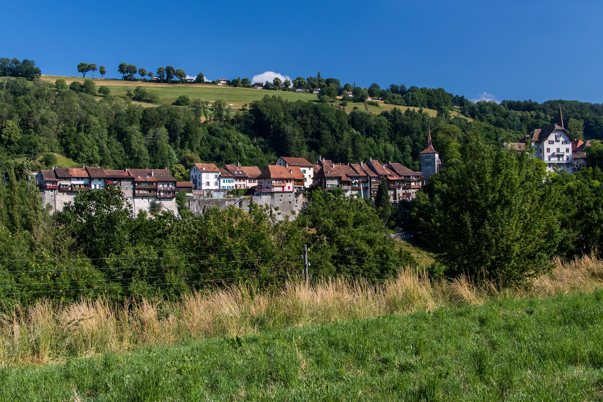 Die an den Hang gebaute, mittelalterliche Oberstadt von Moudon VD