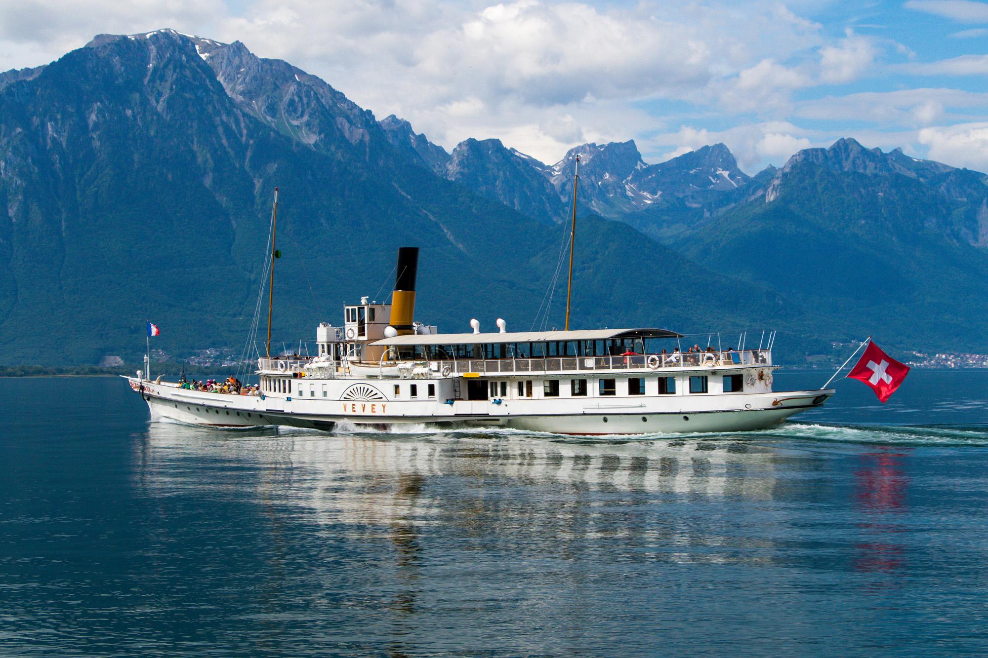 Stilvoll über den See gleitet das Schaufelrad-Schiff MS Vevey, erbaut 1907!