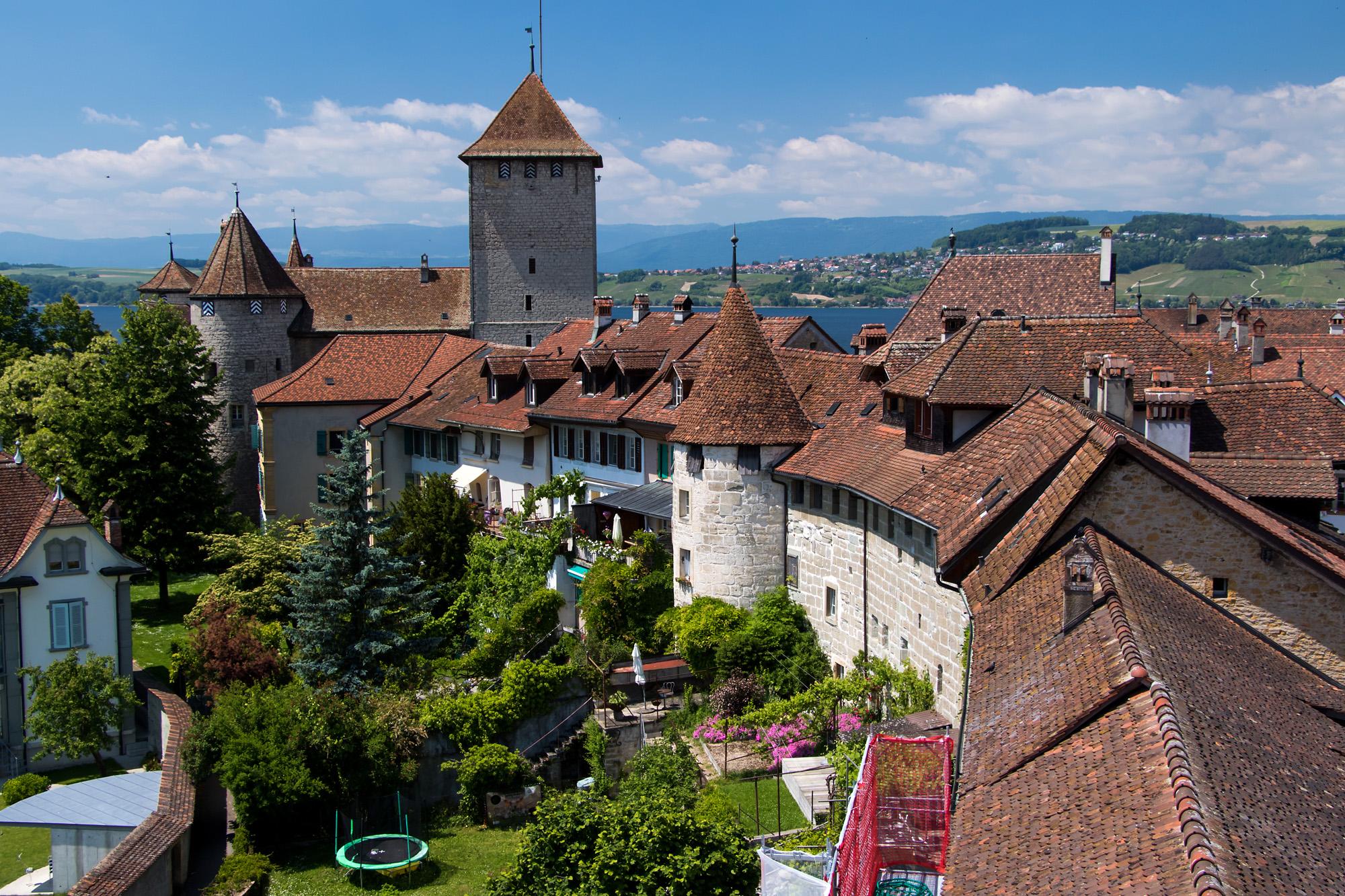 Blick von der Murtener Ringmauer auf das Schloss