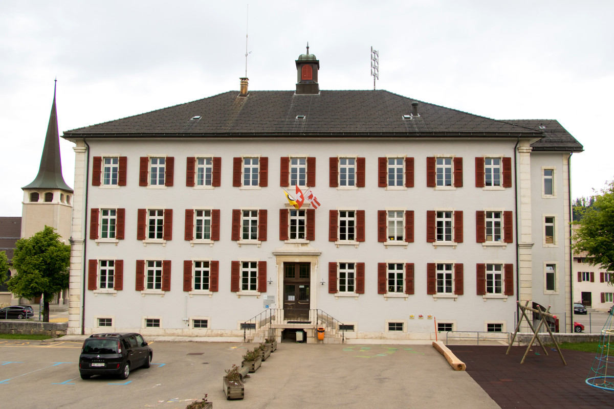In diesem Schulhaus-Bau ist die Gemeindeverwaltung untergebracht