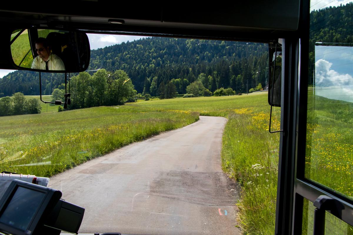 Feldweg-Wanderung per Postauto!