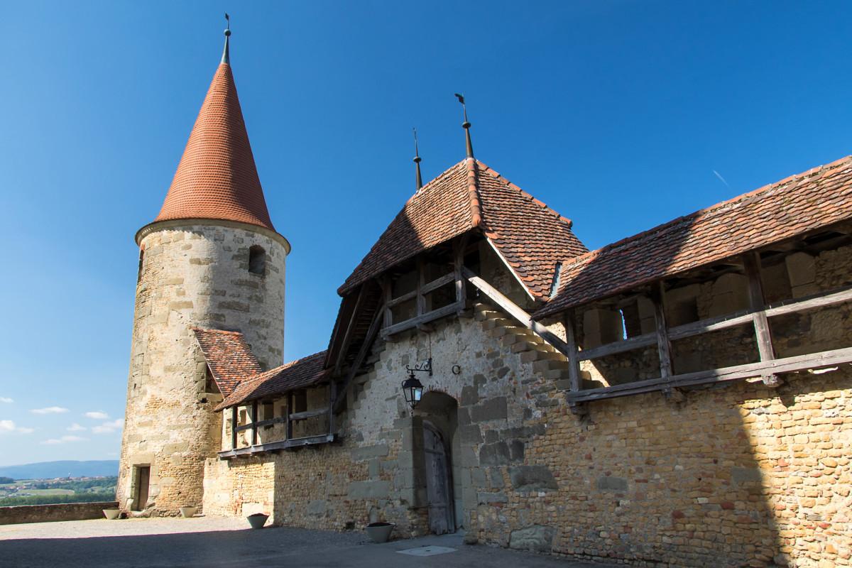 Teile der Befestigung von Schloss Avenches, welches im 13. Jahrhundert als Burg erbaut wurde