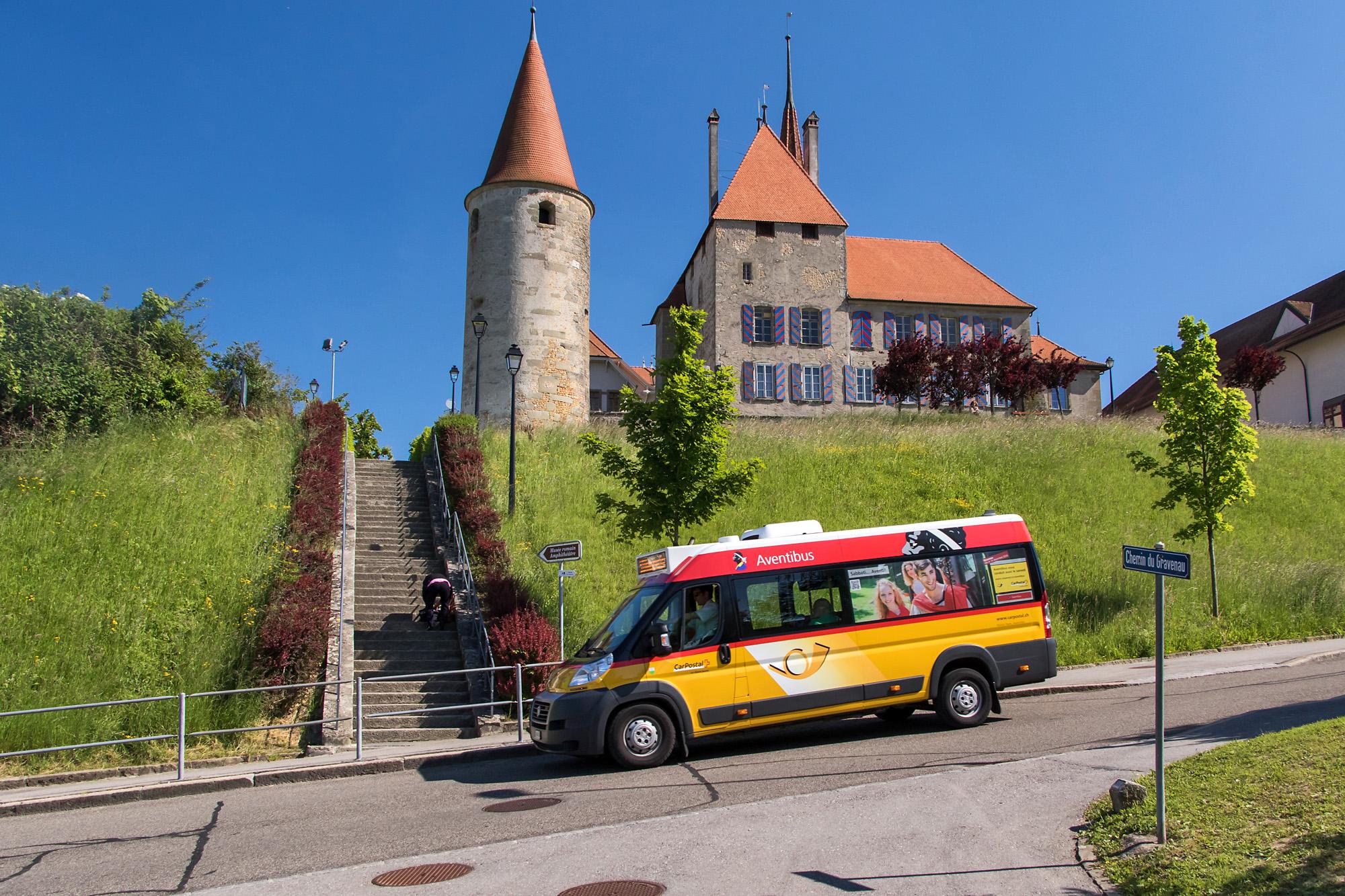Der Ortsbus von Avenches (VD) vor dem Schloss