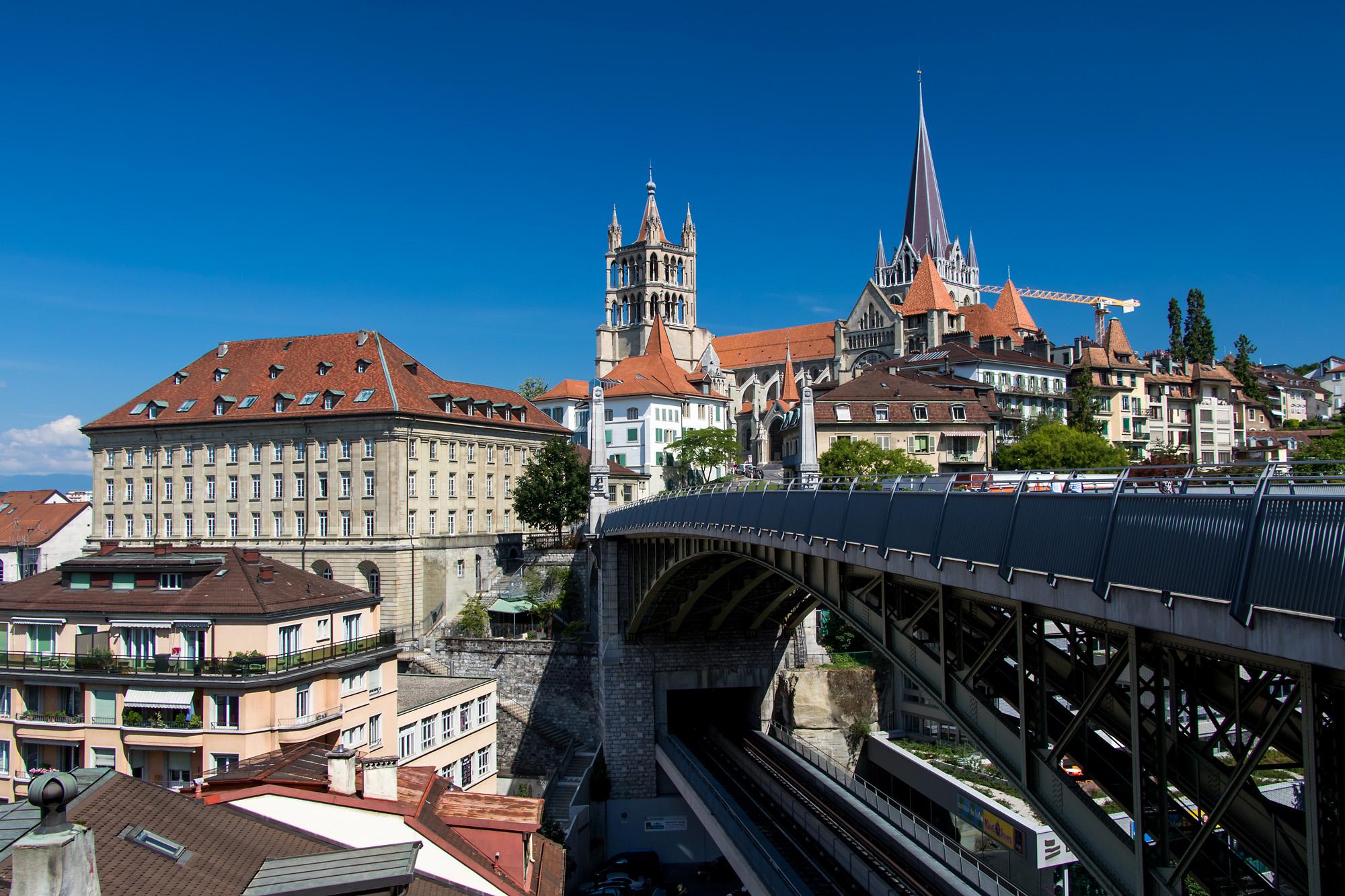 Postkarten-Ansicht von Lausanne VD, mit der im Hintergrund thronenden Kathedrale Notre Dame
