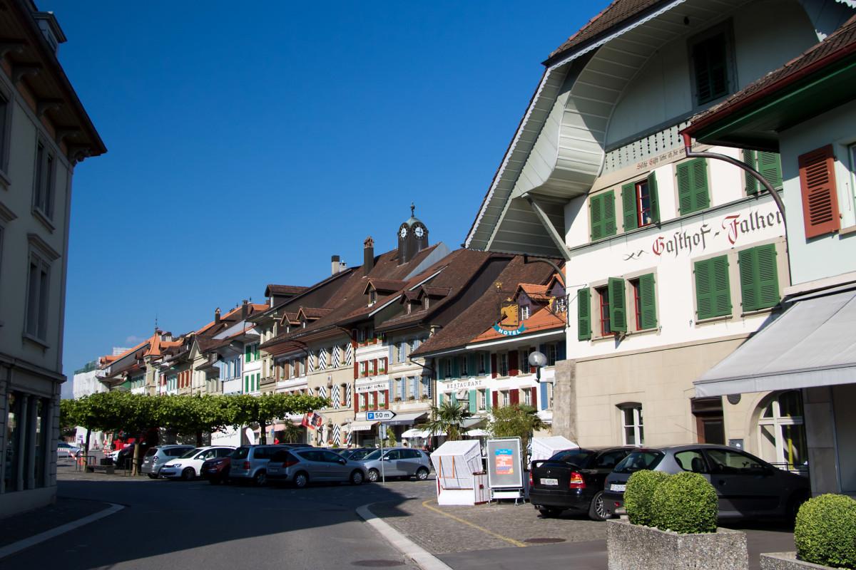 """Am Eingang der Aarberger Altstadt steht der """"Falken"""" - schon seit 500 Jahren steht diese Taverne hier am Marktplatz, früher profitierte sie stark von den mittelalterlichen Handelsreisenden"""