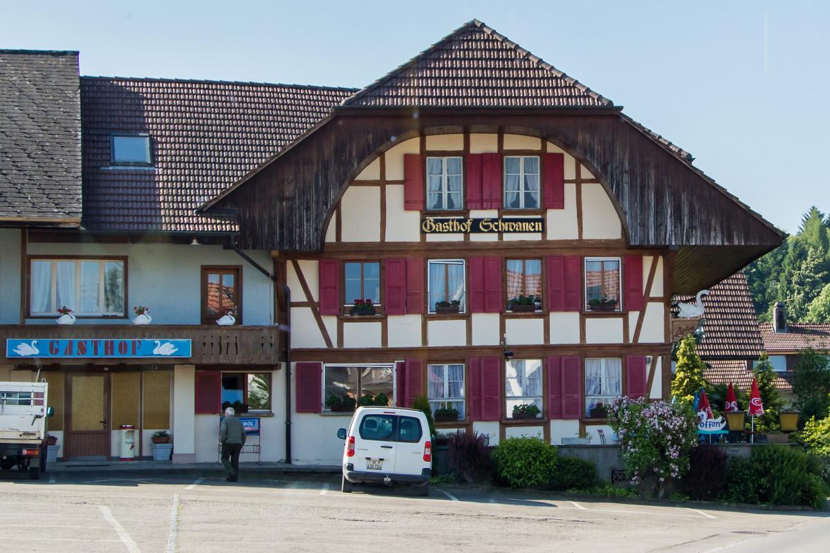 Der Gasthof Schwanen in Radelfingen wurde im Jahr 1739 erbaut; am stark vorspringenden Dach ist die charakteristische Ründe erkennbar