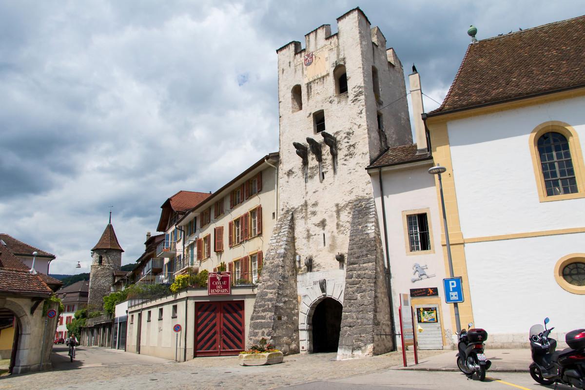 Der Tour Rive markiert die Seeseite der Altstadt