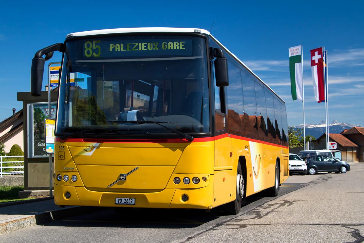Der stattliche Volvo 8700LE zeigt Flagge in Servion, VD