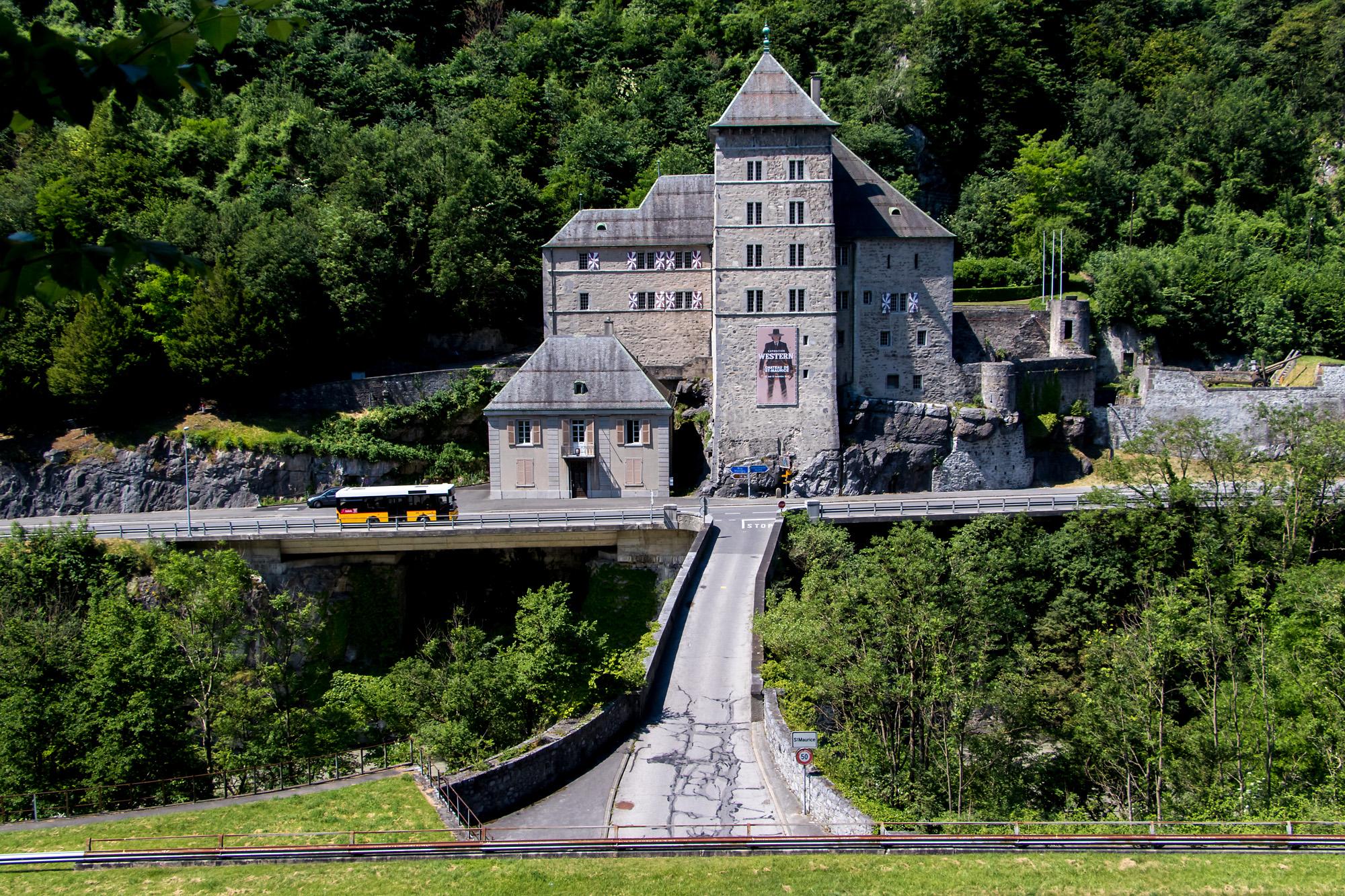 MAN-Midibus vor der imposanten Burg St. Maurice, erbaut Ende des 15. Jh.