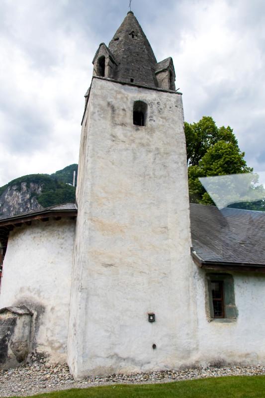 Ziemlich alt: der Turm mit gemauerter Spitze der Kirche St-Nicholas in Chessel, VD - stammend wohl aus dem 13. Jahrhundert