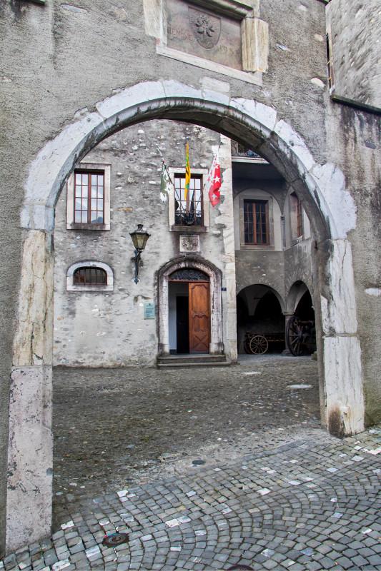 Das Neue Schloss besteht aus drei um einen Arkadenhof gruppierten Wohnhäusern und einem mittelalterlichen Turm