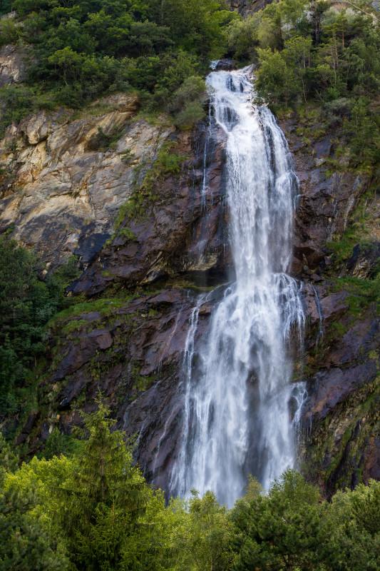 """Direkt an der Hauptstrasse eingangs Vernayaz grüsst der """"Pissevache"""" (das braucht man nicht zu übersetzen), ein 116 Meter hoher Wasserfall"""