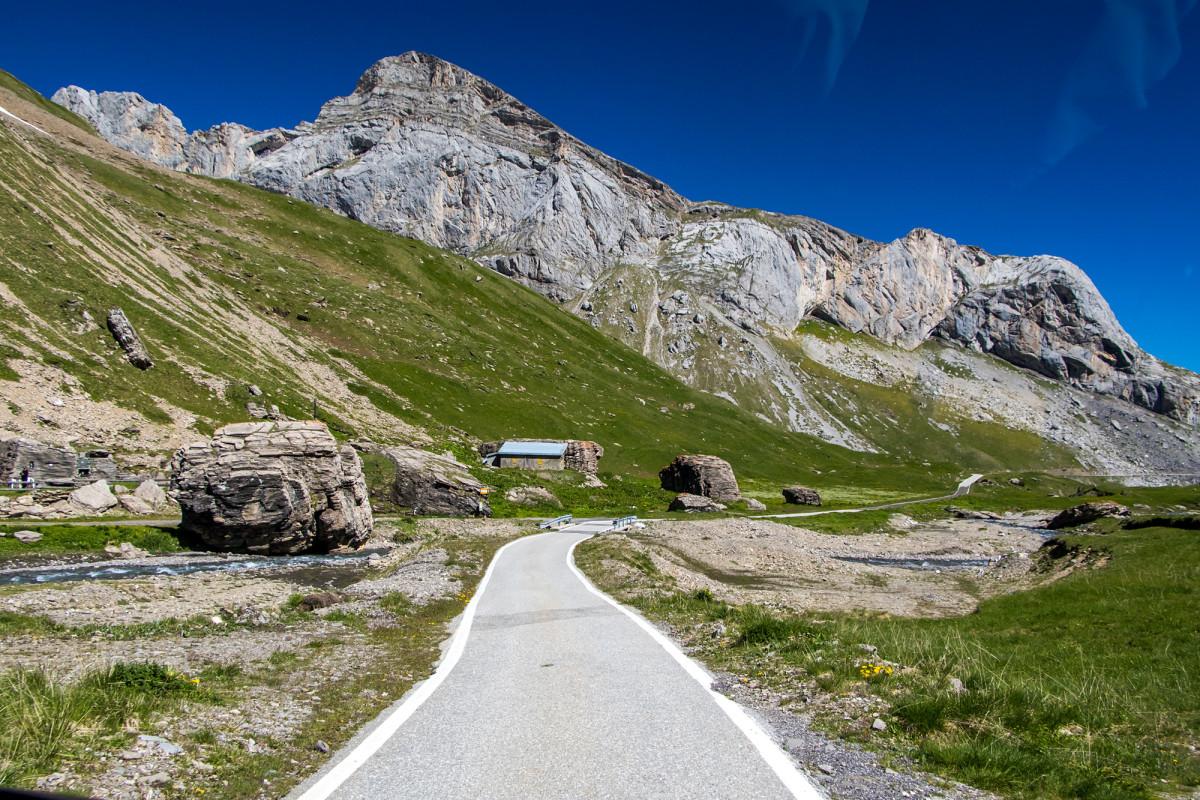Postauto-Fahrt mitten durch die Berglandschaft!