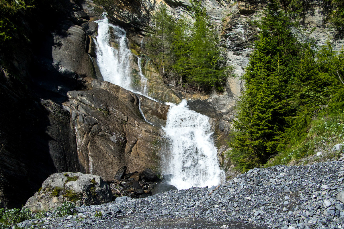 Auch Wasserfälle begleiten die Fahrt