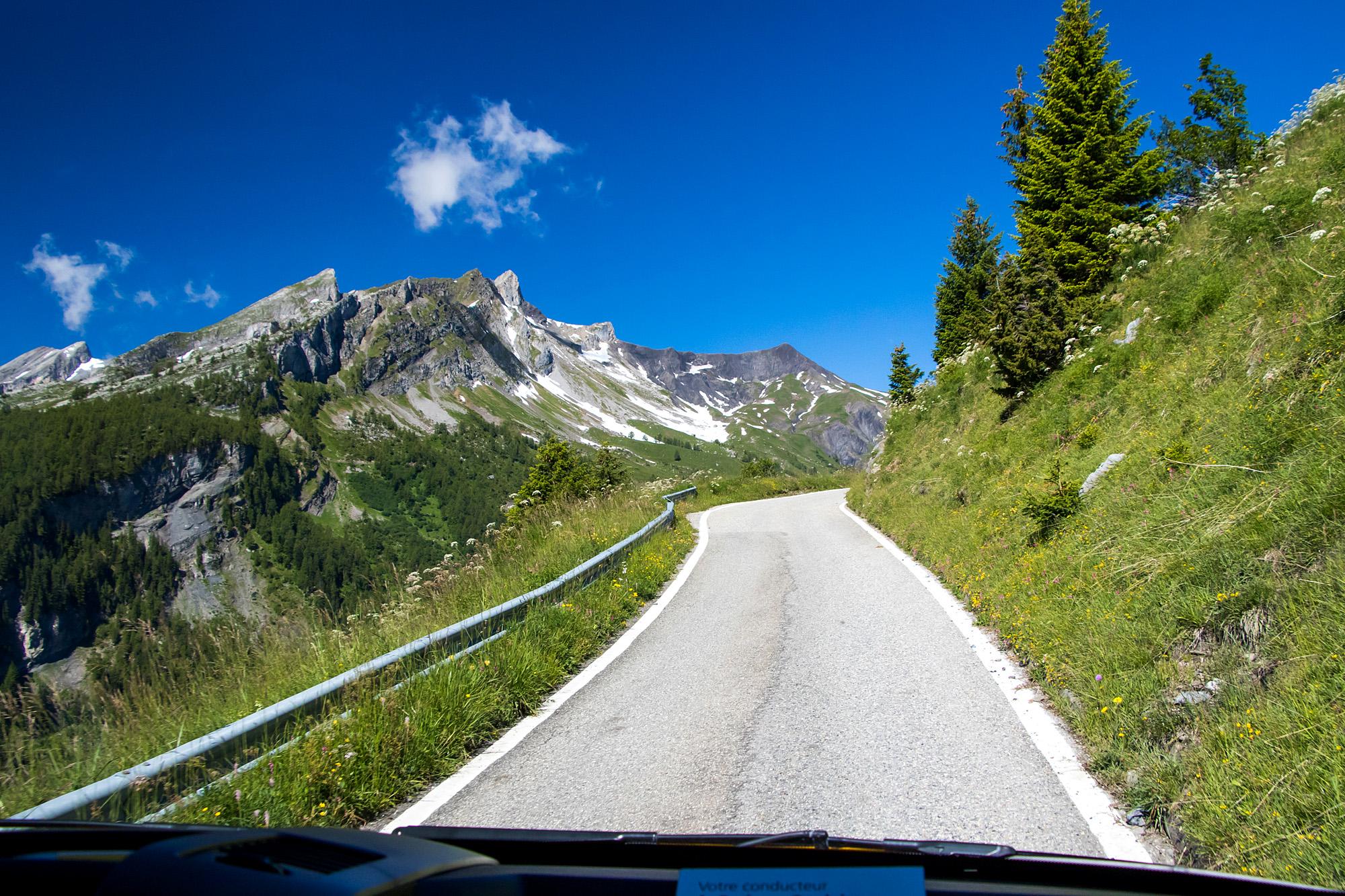 Auf schmalen Strassen ins Sanetsch-Gebirge