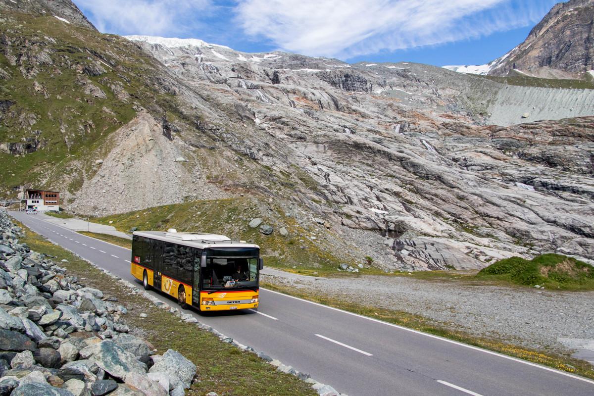 Ein Setra S315NF auf Talfahrt vom Mattmark-Stausee, hier vor dem Allalingletscher