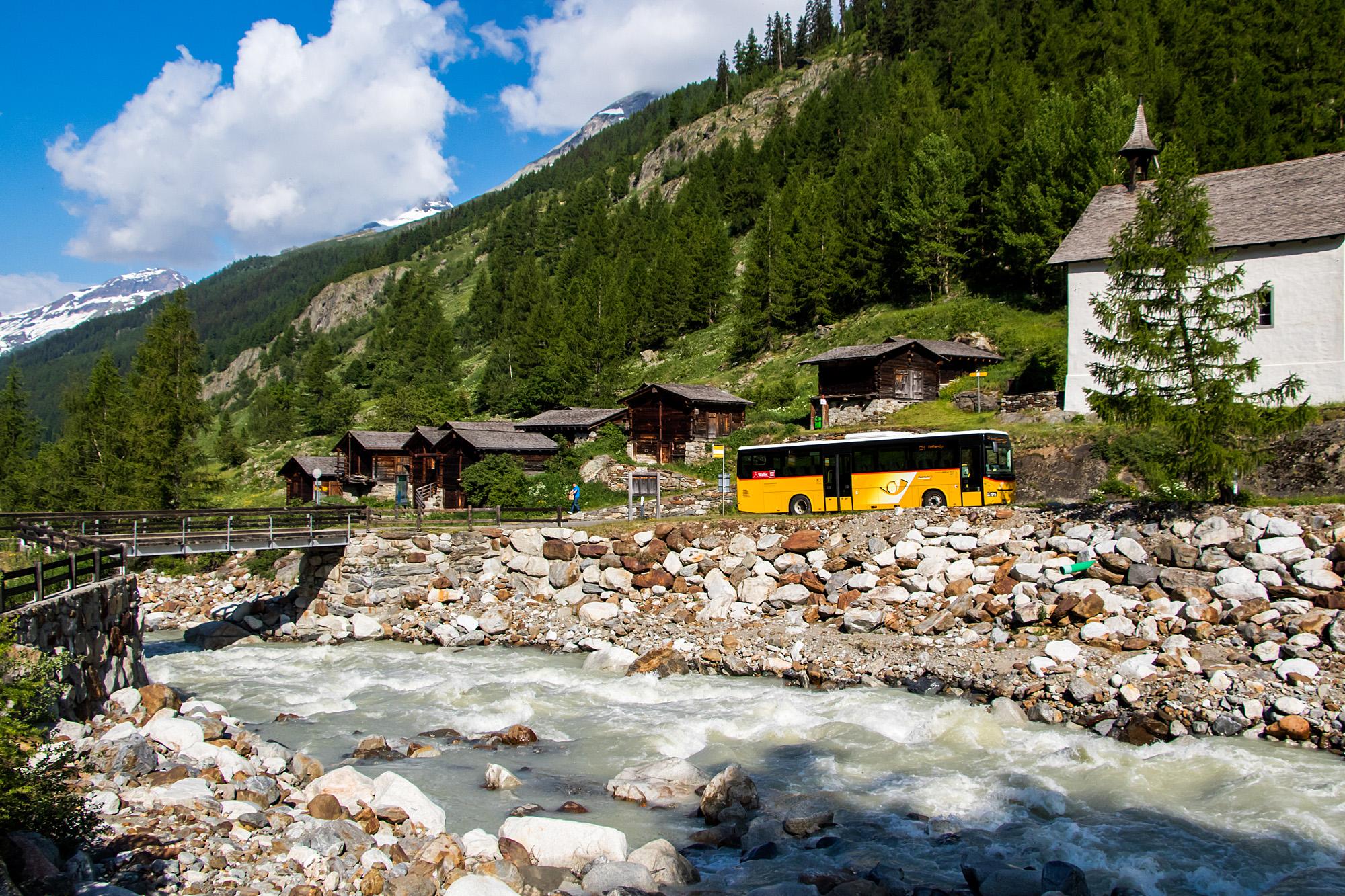 Ein Crossway passiert die Stallsiedlung Chüematt im Lötschental