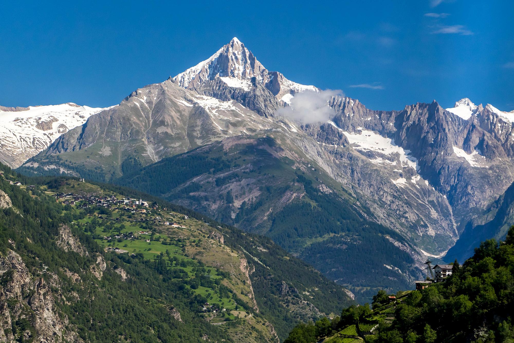 Blick auf das Bietschhorn, während der Talfahrt von Saas-Grund nach Visp