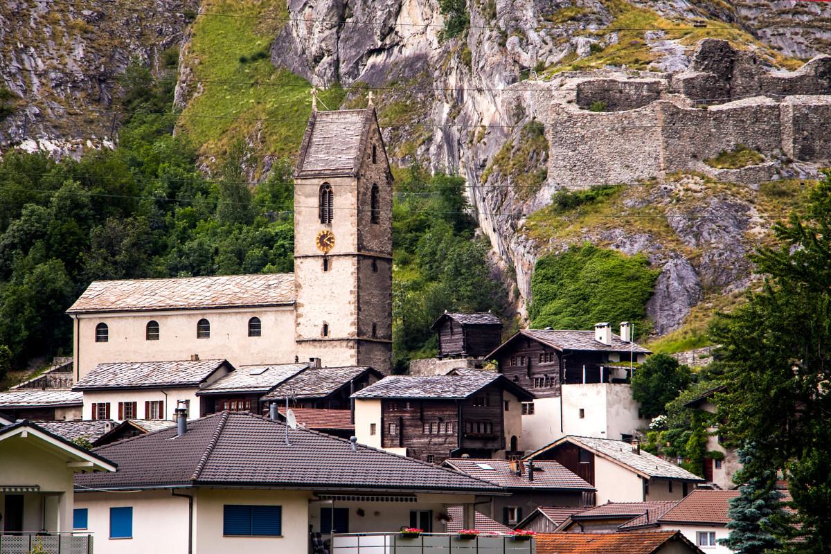 Niedergesteln mit seiner Pfarrkirche Heilige Maria aus dem 13. Jahrhundert