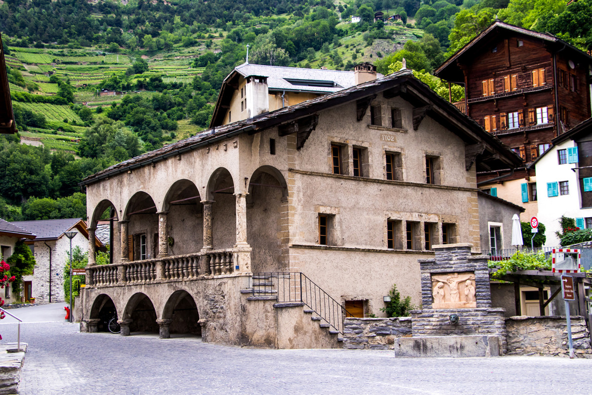 Das herrschaftliche Maxerhaus im Dorfkern von Raron stammt aus dem Jahr 1547 und beherbergt offenbar auch den ältesten Briefkasten der Schweiz
