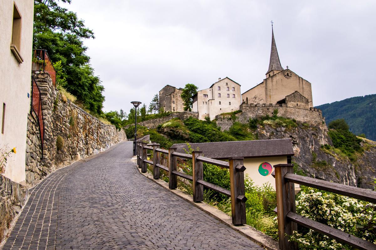 Auf dem alten Pfad geht's empor zur Felsenkirche St. Michael. Hier liegt auch der bedeutende Lyriker Reiner Maria Rilke begraben.