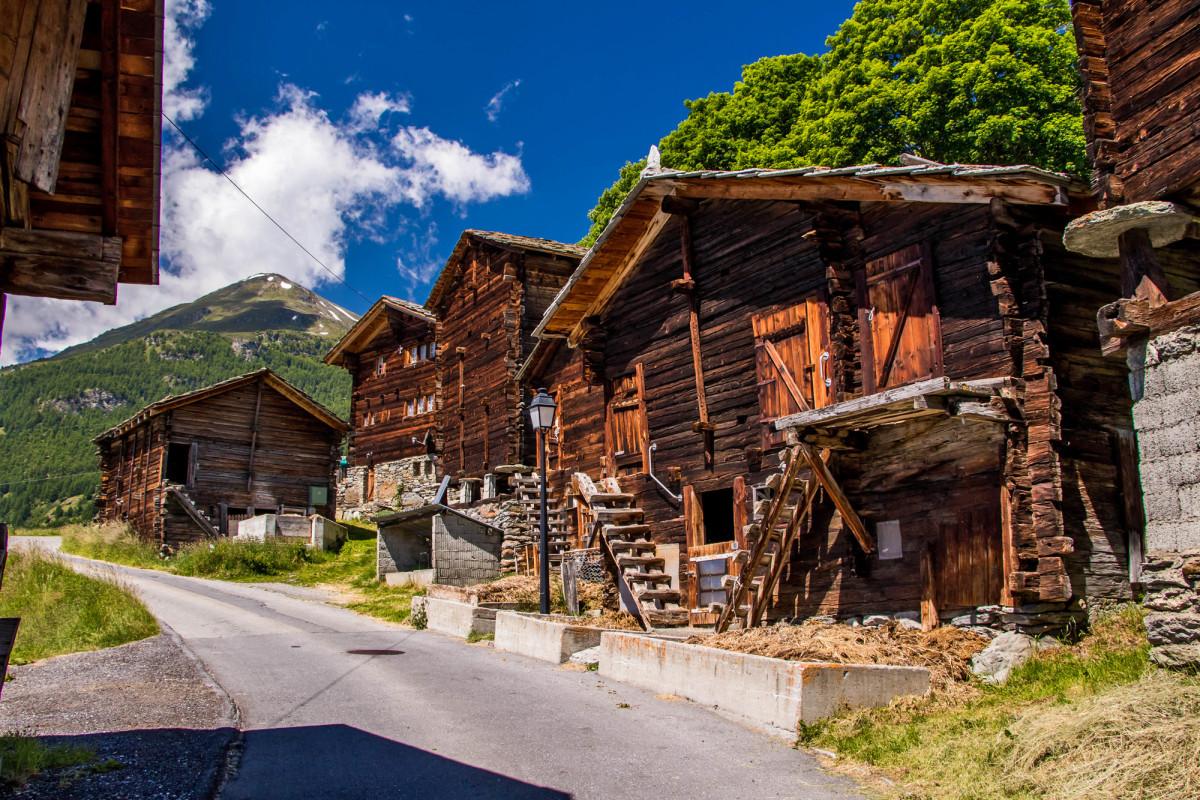 Im Weiler Bina oberhalb von Törbel (VS)
